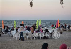 """بالصور- """"نيولوك"""" شاطئ بورسعيد يتحدى قناديل البحر.. والمحافظ: التطوير مستمر"""