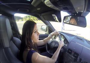 سباق سرعة بين فتاة تقود سيارة مرسيدس تتحدى دودج تشالنجر