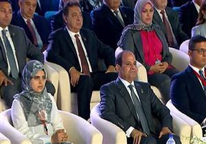 """مؤتمر الشباب.. مريم فتح الباب """"بنت حارس العقار"""" بجوار الرئيس (فيديو)"""