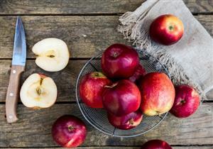 بعد تقطيعه.. هكذا تحافظين على التفاح طازجًا طوال اليوم