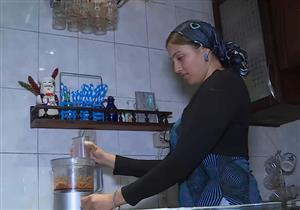 سيدة مصرية تتحدى لسعات قنديل البحر وتقرر أكله - فيديو