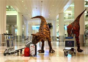 ديناصورات تطارد المسافرين في مطار دبي الدولي- فيديو