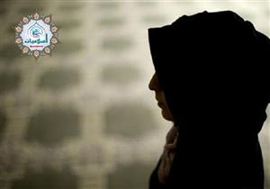 ما حكم الدين في تغيير المرأة ملابسها في غير بيتها؟