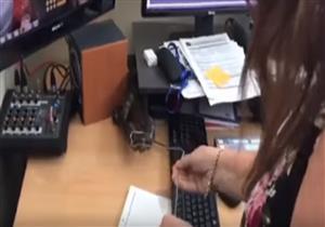 ثعبان يقتحم غرفة أخبار القناة الخامسة الأسترالية ويثير رعب العاملين بها - فيديو