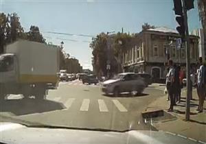 سيارة تهرب من قائدها.. والسائق يطاردها في الطريق