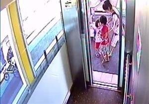 بالفيديو..أم حاولت إنقاذ طفلها الأكبر فسقطت عربة رضيعها على  قضبان القطار