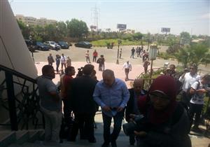 بالصور- علي الحجار وأشرف زكي في جنازة محفوظ عبدالرحمن