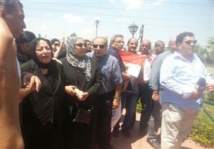 بالصور  والفيديو- سميرة عبدالعزيز تنهار من البكاء في جنازة زوجها محفوظ عبدالرحمن