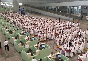 بالفيديو: ماذا فعل حجاج اندونيسيا عند وصولهم مطار جدة تعبيرا عن فرحهم ؟!