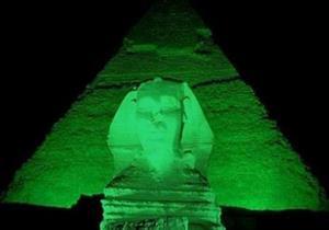 """أهرامات الجيزة باللون الأخضر تضامنا مع مرضى """"فيروس سي"""""""
