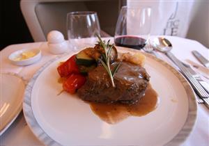بالصور.. الفرق بين وجبات الدرجة الاقتصادية ورجال الأعمال على الطائرات