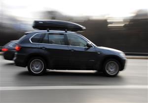 تحذير من تركيب صندوق سقف السيارة