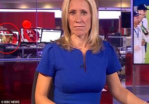 """بالفيديو - سقطة لـ""""bbc"""".. موظف يشاهد مقطعًا جنسيًا في خلفية نشرة الأخبار"""