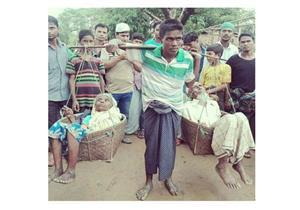 وبالوالدين إحسانا: نازح روهينجي يحمل والديه فرارا من المجازر البشعة بميانمار