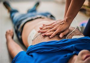في 10 خطوات.. طبيب يشرح كيفية إسعاف المصابين بالإغماء