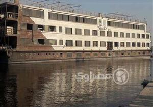 بالصور.. تعويم فندق عائم بعد غرقه جزئيًا في النيل جنوب الأقصر