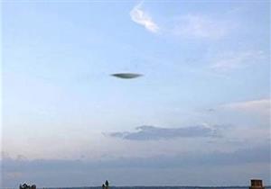 طائرة بدون طيار تلتقط صورة لطبق فضائي في سماء لندن