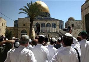 مستوطنون يؤدون طقوساً تلمودية في ساحة الغزالي أمام المسجد الأقصى