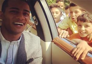 """بالفيديو- محمد رمضان """"تايه في الشرقية"""".. والأطفال يلتفون حول سيارته"""