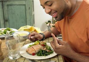 """خبيرة تغذية تكشف حقيقة تأثير شرب المياه أثناء الطعام على ظهور """"الكرش"""""""