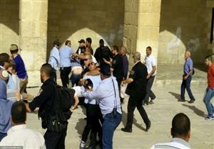 الاحتلال الإسرائيل يعتدي على حارسٍ بالأقصى