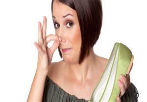 أسباب وطرق علاج رائحة القدمين الكريهة