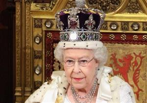 لماذا لا تنظر الملكة إليزابيث للأسفل أبدًا وهي مرتدية التاج؟