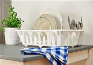 7 نصائح لتنظيف مصفاة الأطباق بشكل أفضل