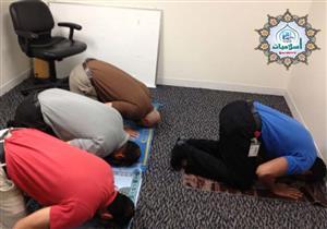 ما حكم انتظار الإمام في الصلاة ليلحق به المأموم؟