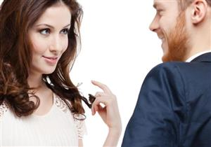 قبل النظرة والابتسامة.. ماذا يجذب النساء في الرجال؟