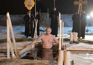 """بوتين يحتفل بـ""""عيد الغطاس"""" في بحيرة درجة حراراتها 7 تحت الصفر (صور وفيديو)"""
