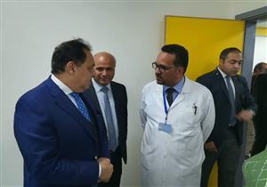 بشهر مكافأة.. وزير الصحة يفاجئ العاملين بمستشفى بني سويف العام