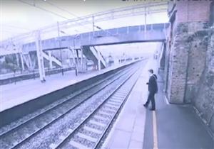 سيدة تنقذ رجلًا من الانتحار تحت عجلات قطار (فيديو)