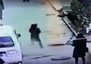 بالفيديو.. انفجار بالوعة مجاري يطيح بشاب لأمتار في الهواء