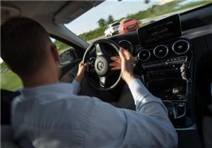 تحذير للسائقين من تحرير عجلة القيادة أثناء عمل الأنظمة المساعدة