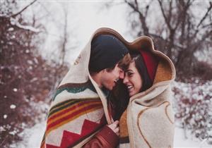 دراسة: عند الشعور بالبرد.. مارس العلاقة الحميمة