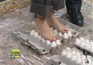 بالفيديو- أمرأة تمشي على البيض ..والنتيجة