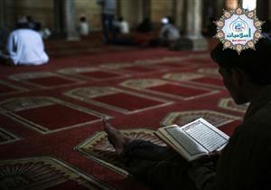 بدأت خطبة الجمعة وأنا أقرأ القرآن فهل أكمل أم أنصت للخطبة؟