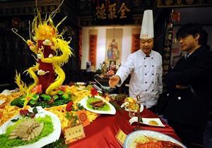 """""""ابن رجل أعمال"""" يثير الغضب بسبب وجبة عشاء في مطعم صيني: دفع خدمة 6 آلاف دولار"""