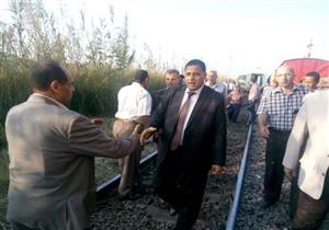 بالصور- رئيس السكة الحديد يصل إلى موقع خروج جرار قطار عن القضبان ببني سويف