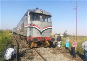 بالصور- رفع آثار حادث خروج قطار الصعيد عن القضبان في بني سويف