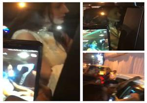 بالفيديو.. المعجبون يحاصرون سيارة النجمة الهندية أميشا باتيل في مومباي