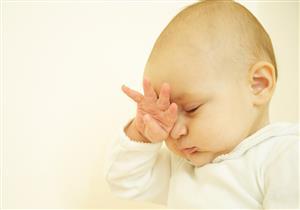 ما أسباب تحول عين المولود للون الأبيض؟
