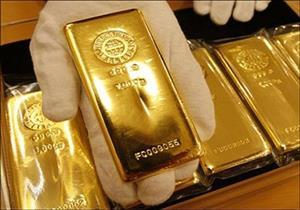 الذهب يرتفع عالميًا بفعل تراجع الدولار وتنامي التوترات السياسية