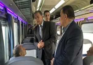 """وزير النقل يستقل قطار 916 من الإسكندرية: """"تطوير المرفق أولويتنا""""- صور"""