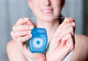 5 مخاطر لاستخدام الخيط العادي في تنظيف الأسنان (صور)