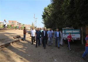 بالصور- محافظ المنوفية ومدير الأمن في موقع سقوط شاب من قطار بسبب الزحام