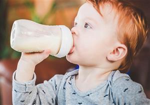 متى يشرب طفلك اللبن كامل/ خالي الدسم؟