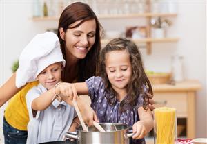 لا تدفعيه خارج المطبخ.. هذه فوائد مشاركة طفلك في إعداد الوجبات