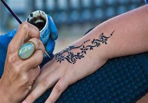 الحناء قد تسبب حساسية جلدية.. نصائح ضرورية قبل رسمها